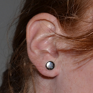 2g  Black horn plug with mother of pearl inlay (SINGLE)(cracks in wearable) -- Photo # 43138